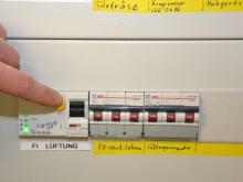 Durch Drücken des FI-Schalters wird der Stromkreis unterbrochen und die Alarmanlage müsste ausgelöst werden.